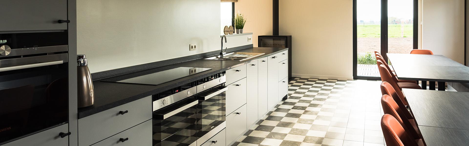 Huis met ingerichte keuken en grote frigo